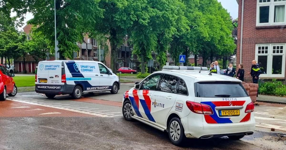 Chauffeur kan bedrijfsbus niet meer in na ongeluk in Aalten, meisje lichtgewond.