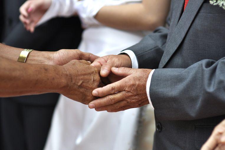 Niet voor iedereen is handenschudden normaal. Een hand weigeren is voor sommigen juist een teken van respect, géén belediging. Beeld Belga
