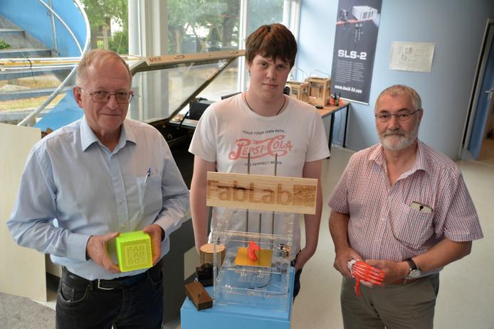 Tom Zoutendijk, Jonne van Diesen en Ger van Meel (vlnr), drie van de vrijwilligers van het FabLab in Bergen op Zoom.
