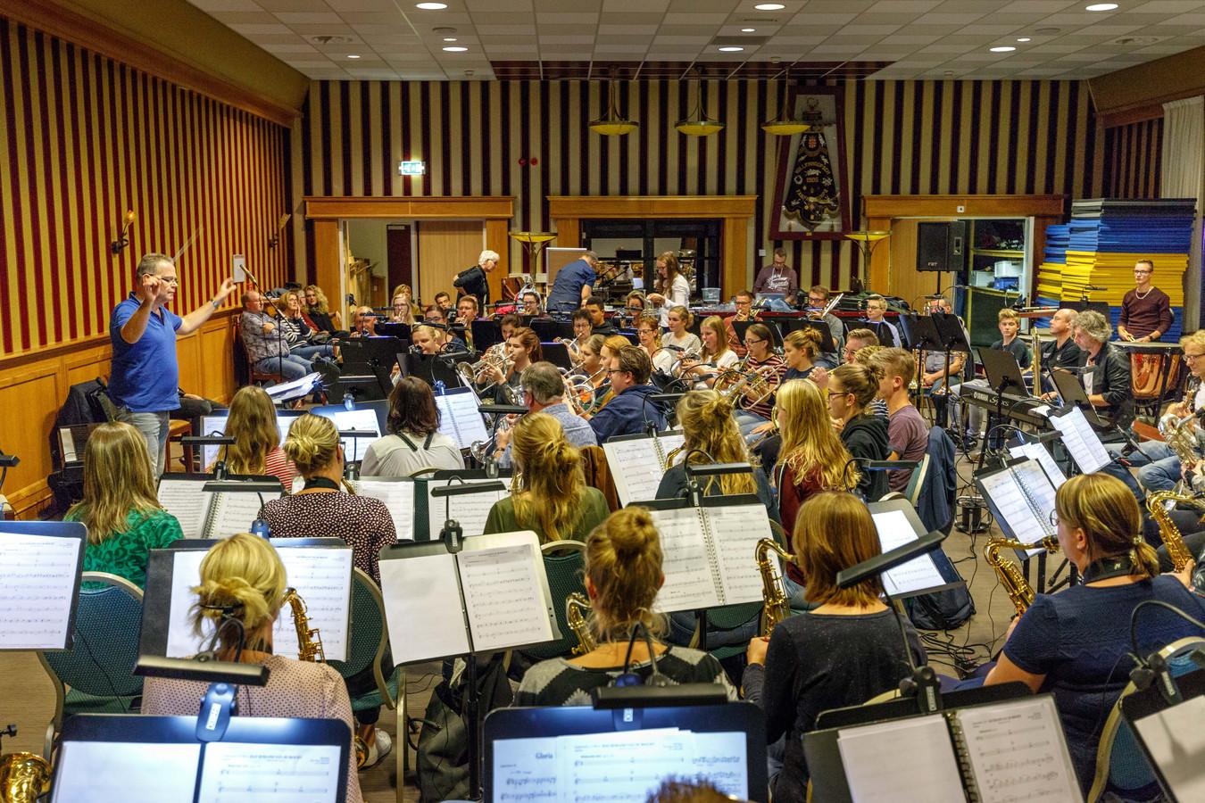 Vollenhoofsch fanfare en Prinses Margriet Rouveen vormden al eens eerder een samengesteld orkest onder leiding van Erik van der Weerd.
