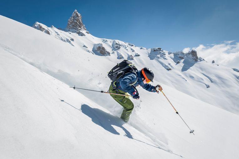 Steffen daalt af van Pas de Lovégno, met de La Maya (2916 m) op de achtergrond.  Beeld Lex van den Bosch