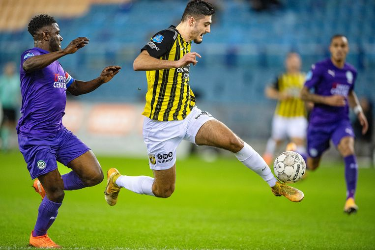 Armando Broja controleert de bal stijlvol, maar Azor Matusiwa jaagt op de spits. Beeld Guus Dubbelman / de Volkskrant