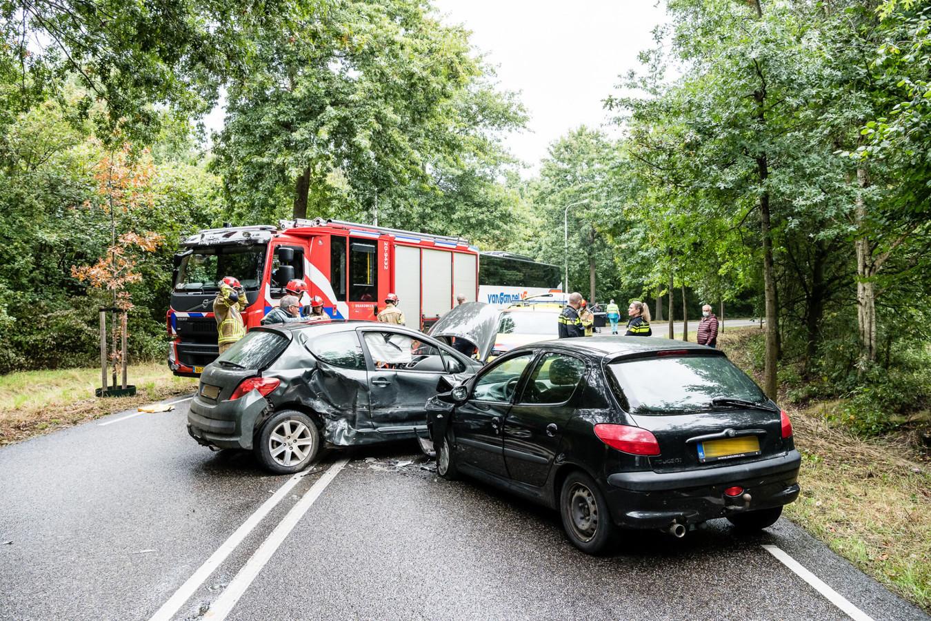 Botsing tussen twee auto's op de Moersedreef in Tilburg.