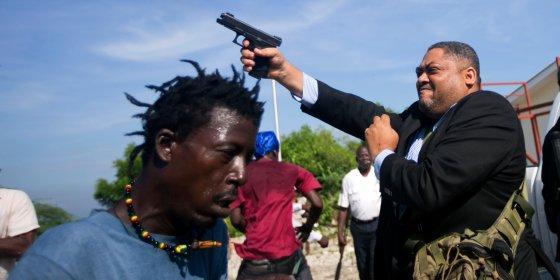 Senator Haïti opent vuur op demonstranten en raakt fotograaf