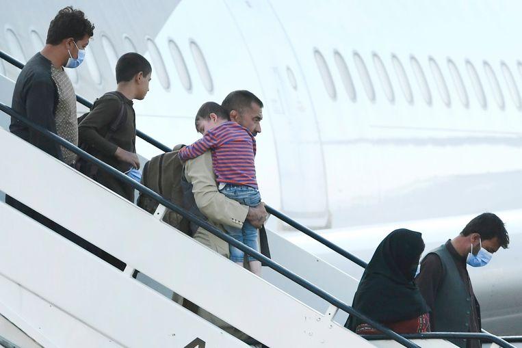 Op de luchthaven van Melsbroek kwamen maandag 222 mensen aan die werden geëvacueerd uit Kaboel. Beeld Photo News