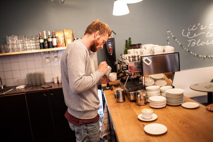 Nummer zes van de wereld, Lex Wenneker, achter de machine bij Cafe Blossom.