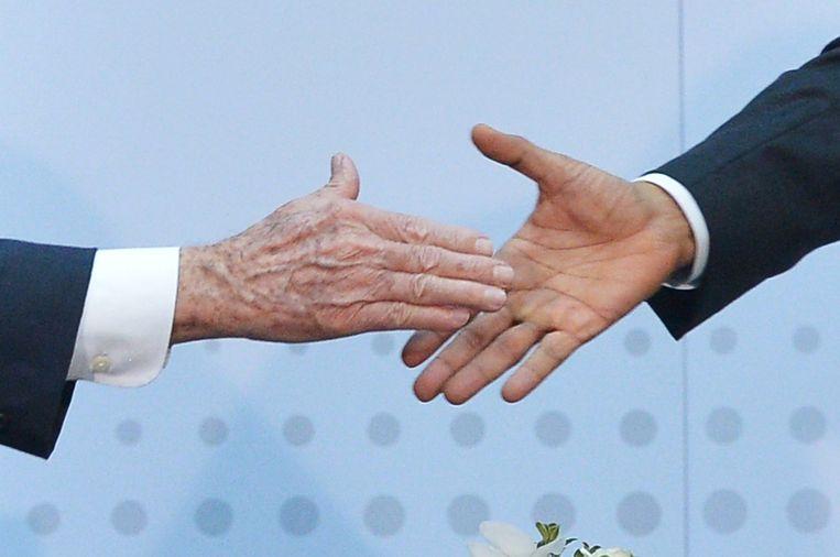 President Barack Obama schudt de hand van Cubaans president Raul Castro. Beeld afp