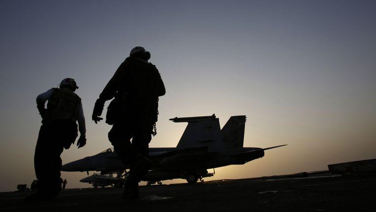 Amerikaanse soldaten maken een gevechtsvliegtuig klaar voor een missie tegen IS-posities.