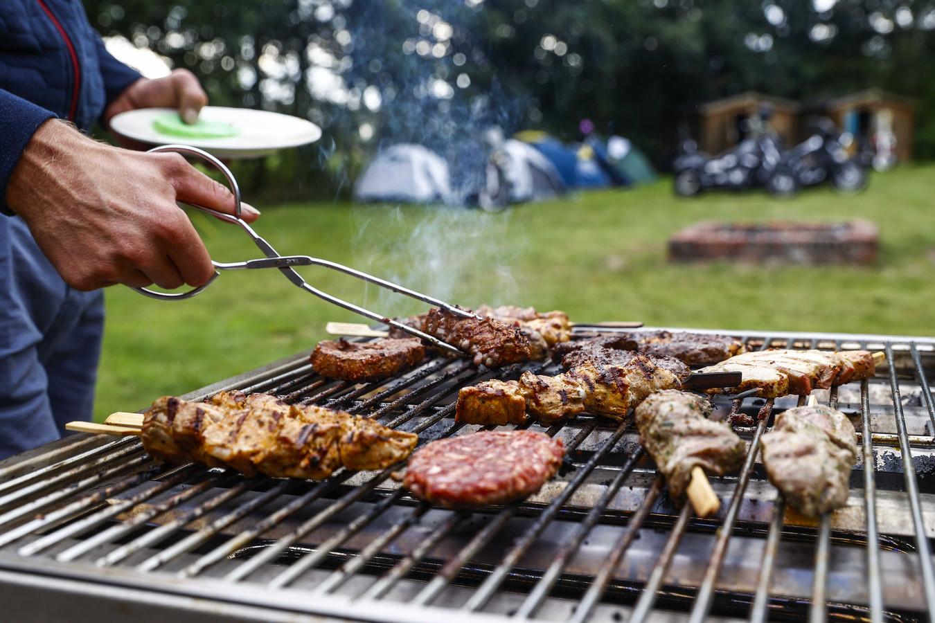 2020-08-01 19:36:41 EASTERMAR - Sfeerbeeld van de barbecue op motorcamping 't Witveen. Op de camping zijn uitsluitend motorrijders welkom. ANP VINCENT JANNINK
