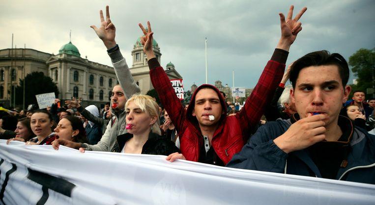 Demonstranten protesteren in de Servische hoofdstad Belgrado tegen de verkiezingsuitslag. Beeld EPA
