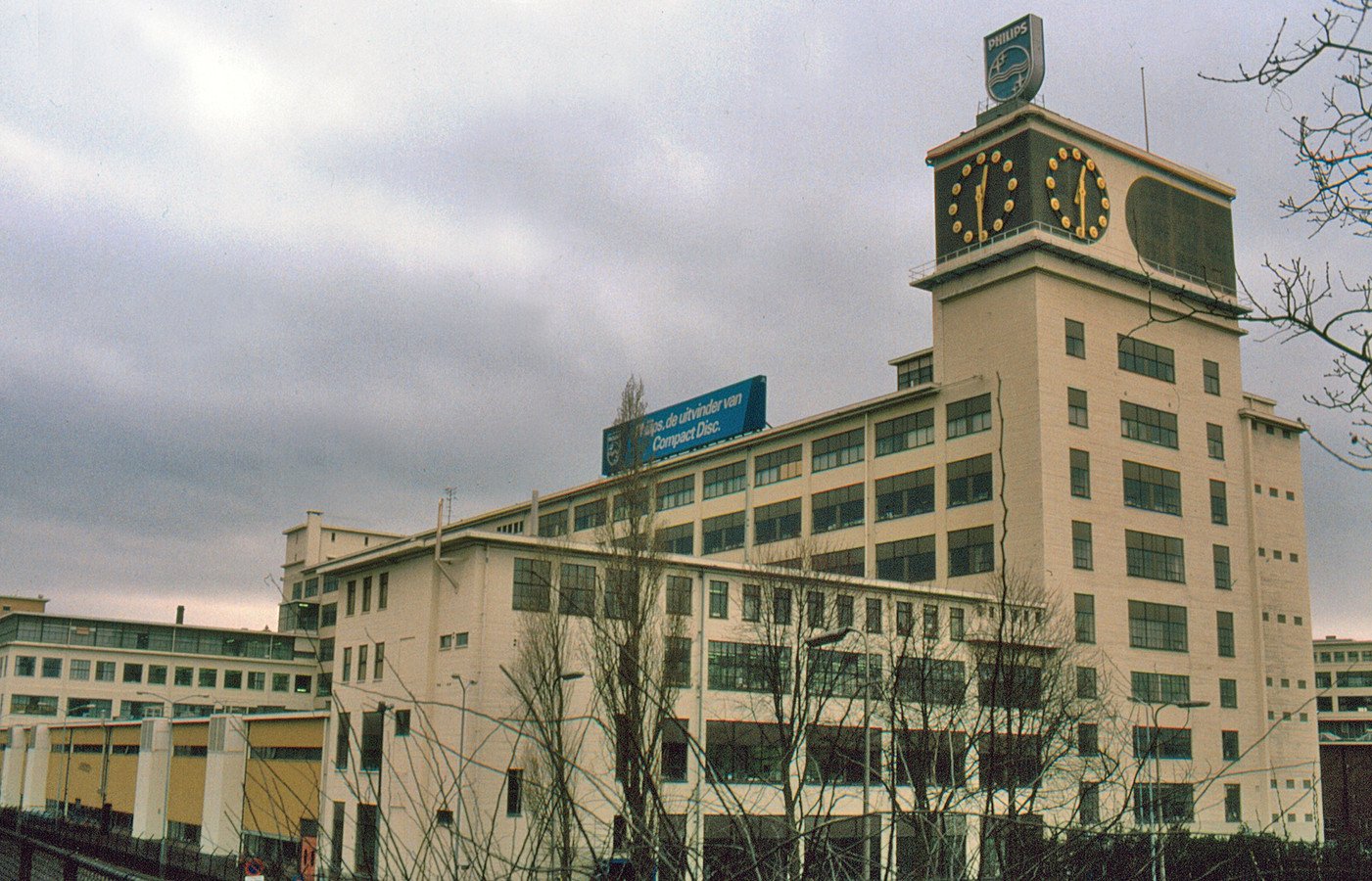 Het Klokgebouw op Strijp-S in Eindhoven op een oude foto.