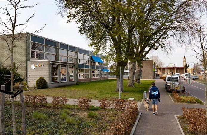 Basisschool St. Willibrordus (links) in Neerkant is verouderd. De mogelijke verhuizing naar de kerk (rechts) is van de baan