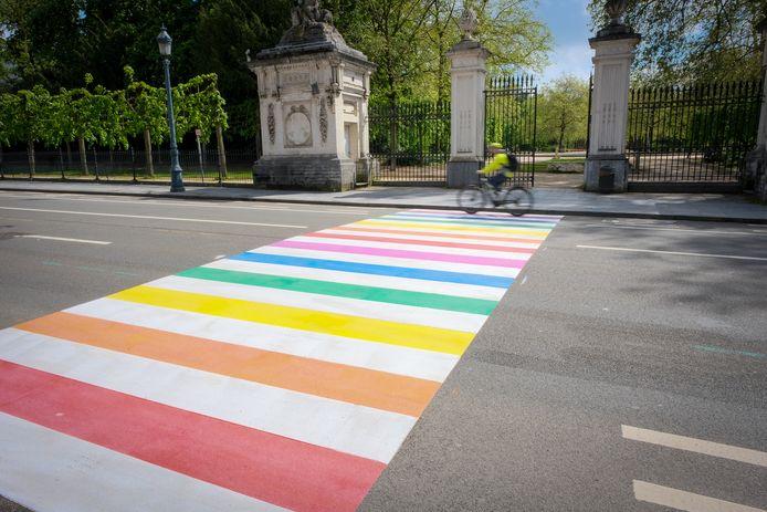 Het zebrapad tussen het Paleis der Natie en het Warandepark kreeg de regenboogkleuren aangemeten.