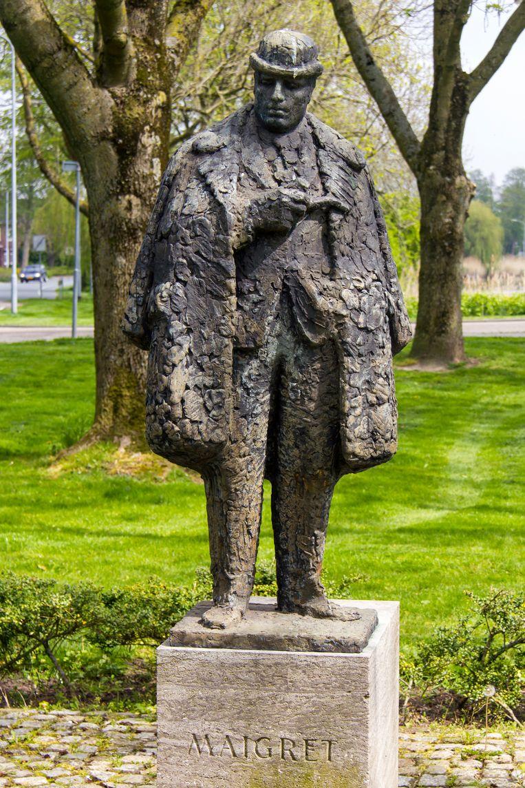 Bronzen standbeeld van Maigret, in 1966 onthuld door Simenon zelve. Beeld Sander Groen