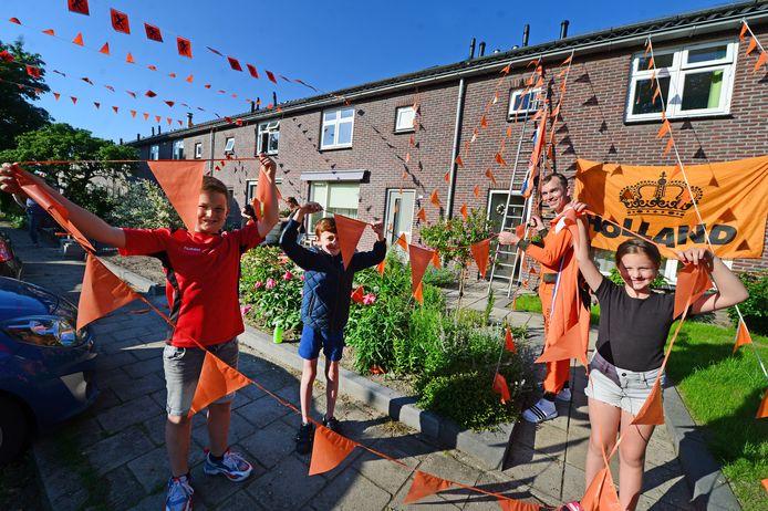 """Bewoners van de Spanbeddenstraat in Haaksbergen versieren de straat met elkaar oranje. """"Zo leer je de mensen in je eigen buurt wat beter kennen."""""""