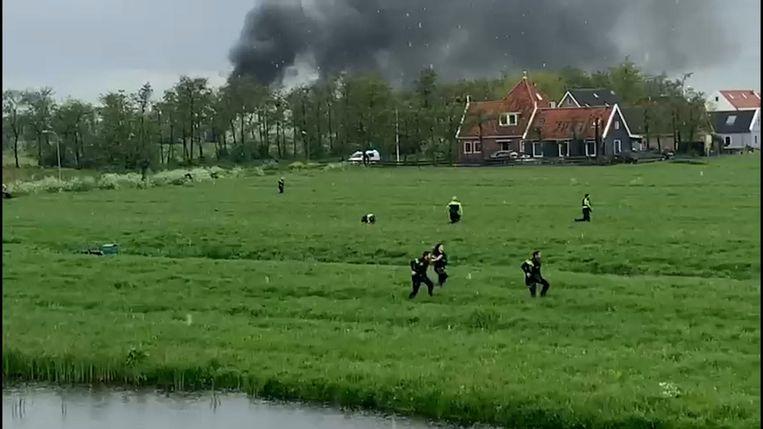De achtervolging eindigde in Broek in Waterland, een dorp verderop. Daar renden agenten achter verdachten aan door het weiland en werd over en weer geschoten. Beeld Videostill