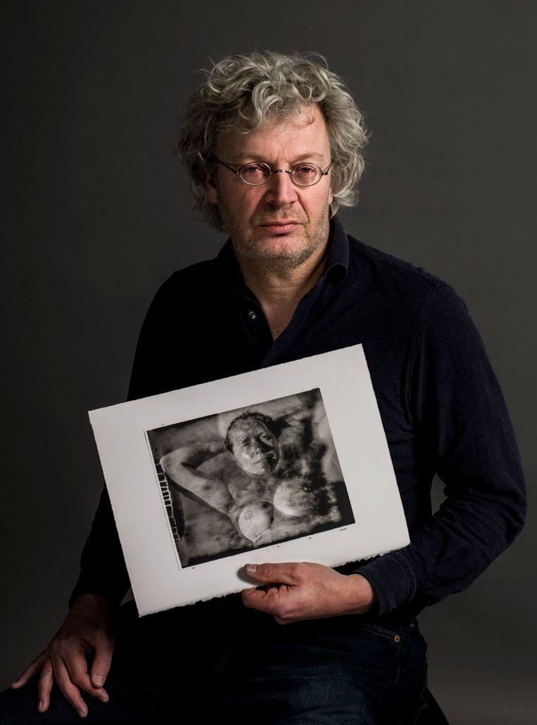 Hans de Kort (Breda, 1963) maakt platinum palladiumprints, die honderden jaren meegaan. De Korts vrouw Saskia heeft uitgezaaide borstkanker; in deze coronaperiode legt hij de schoonheid van haar imperfecties vast. De foto's zijn tot eind maart te zien op diverse buitenlocaties in IJsselstein in het kader van de tentoonstelling Empathie | Geen mens is een eiland van Museum IJsselstein. Beeld Koos Breukel