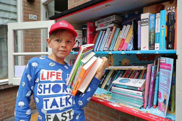 Sam van den Bogaard uit Boxtel 'runt' een minibibliotheek.