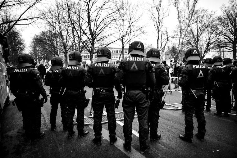 Politie was aanwezig tijden de anti-rechtse protesten tijdens het partijcongres van de AfD in Hannover op 2 december. Beeld Getty Images