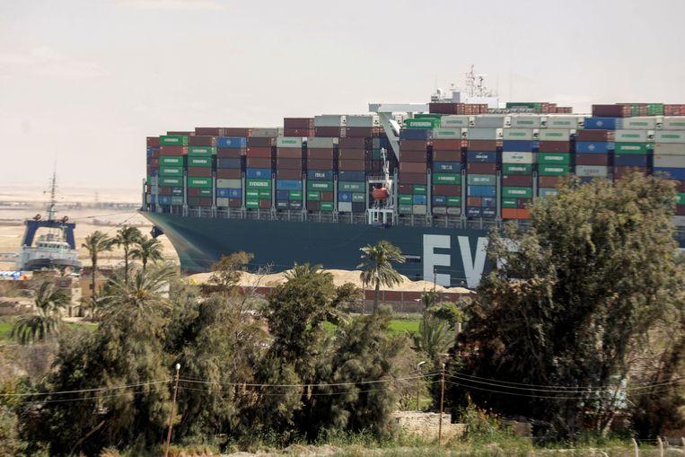 De 'Ever Given' kwam vast te zitten in het Suezkanaal. Beeld REUTERS