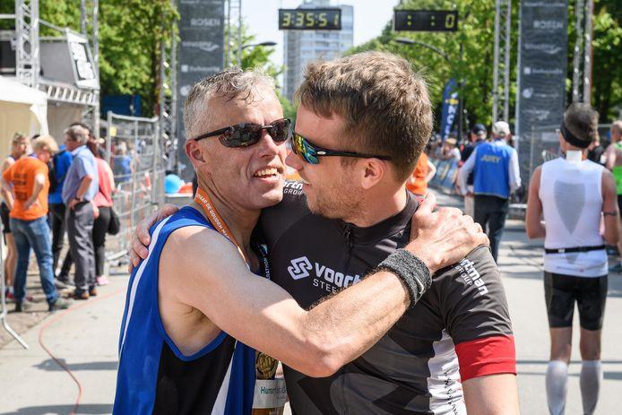 Zoon Sven vangt zijn vader Peter Hoomoedt op.
