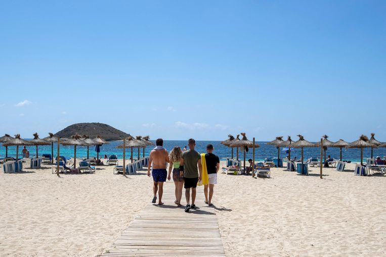 Toeristen op het strand in Mallorca. Beeld AFP