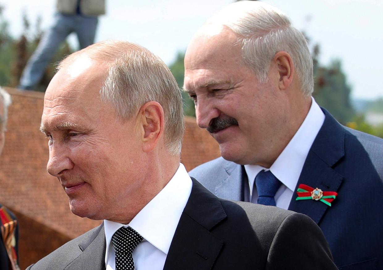 De Russische president Vladimir Poetin en de Wit-Russische president Aleksandr Loekasjenko tijdens een herdenking voor Wereldoorlog II op 30 juni van dit jaar.  Beeld AP