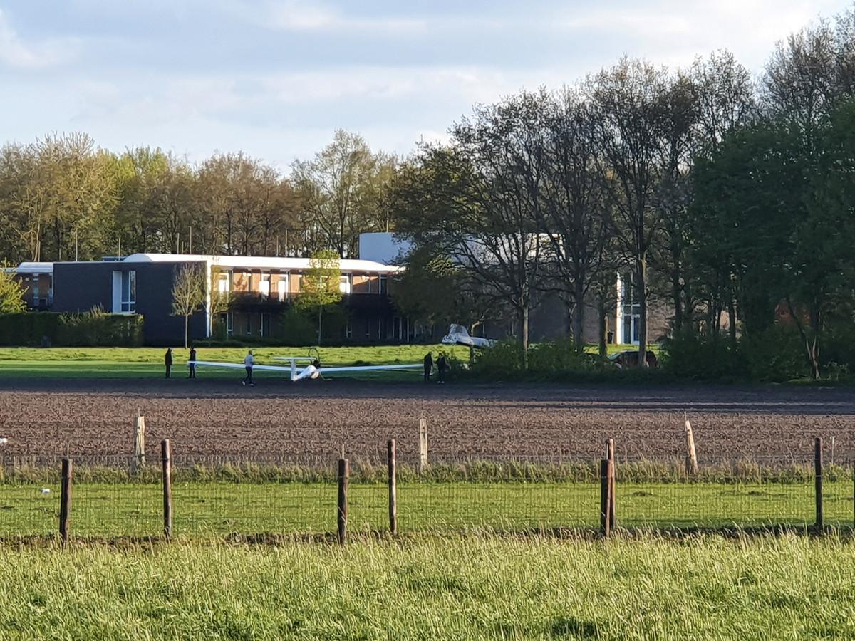 Een zweefvliegtuig maakte een voorzorgslanding in een weiland bij Deventer, pal naast het ziekenhuis. De piloot kwam er zonder kleerscheuren vanaf.