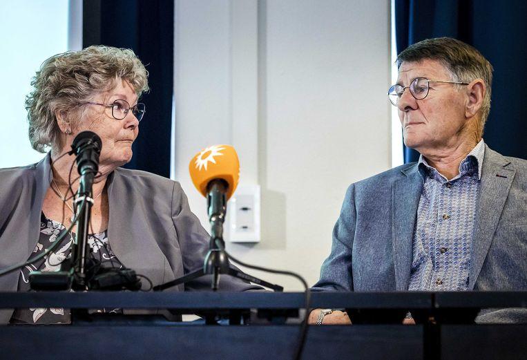 De ouders van de in 1993 spoorloos verdwenen Tanja Groen, Corrie en Adrie Groen, tijdens de persconferenteie woensdag van misdaadverslaggever Peter R. de Vries.   Beeld Remko de Waal / ANP