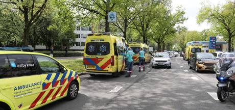 Drie auto's betrokken bij kop-staartbotsing in Apeldoorn: meerdere gewonden, twee naar het ziekenhuis