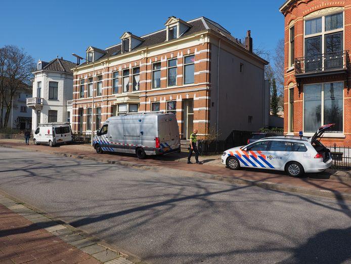 De politie en Explosieven Opruimingsdienst Defensie (EOD) onderzoeken de woning van Henk de Burgemeester Dijckmeesterweg in Zutphen na zijn wanhoopsdaad van afgelopen voorjaar.