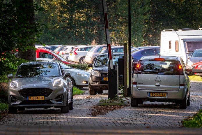 Het is een komen en gaan op de parkeerplaats bij landgoed Hackfort in Vorden.