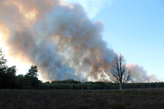 Beeld van de brand op de Oldebroekse Heide zondag.
