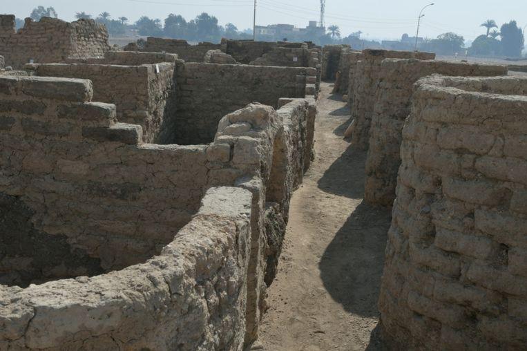 Beeld van de nog naamloze stad die onlangs in de buurt van Luxor is opgegraven. Beeld via REUTERS