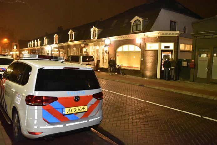 Politie na de overval bij de sigarenzaak in Driebergen, die aanleiding zou zijn geweest voor de ontvoering.