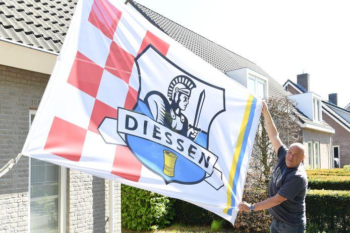 Leon van Bijsterveldt bij de vlag die voor het jubileumjaar ontworpen is.