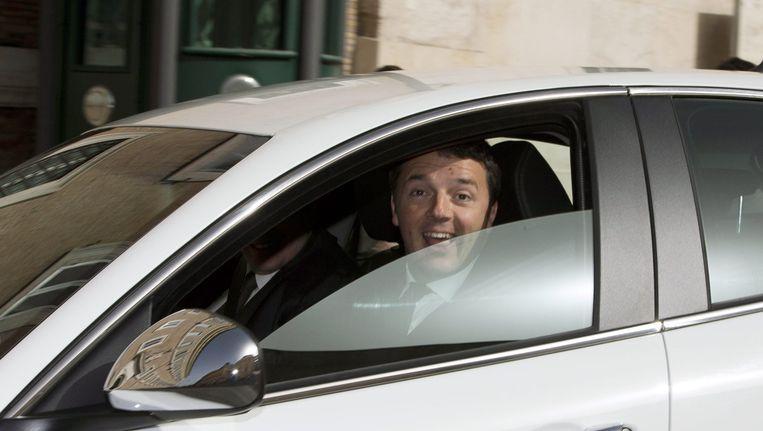 Matteo Renzi in zijn auto in Rome. Vermoedelijk is deze auto niet te koop. Beeld EPA