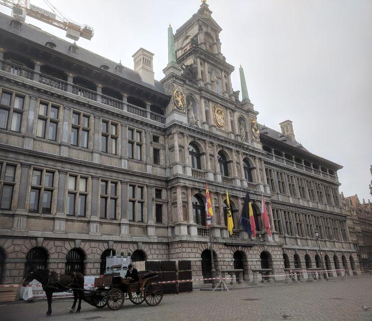 De docent mocht zijn les niet geven voor het Antwerpse stadhuis.