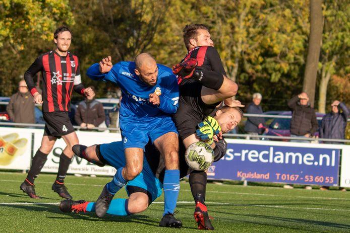 Marouane Hamdoune (RBC, hier in het blauw) speelt na de zomerstop voor Prinsenland