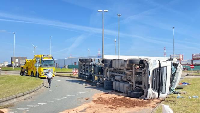 Vrachtwagen belandt op flank na aanrijding