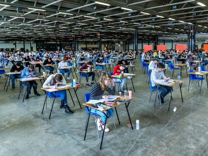 Utrechtse eindexamenleerlingen van UniC en het Leidsche Rijn College begonnen maandag met hun examens wiskunde en bedrijfseconomie in hal 5 van de Jaarbeurs.
