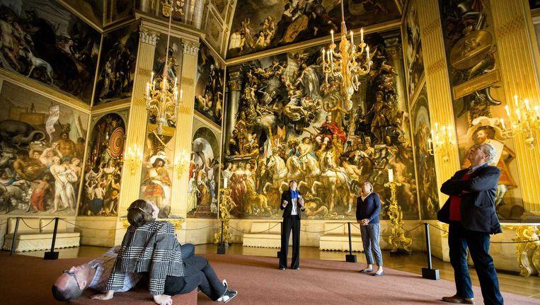 Bezoekers in de Oranjezaal in paleis Huis ten Bosch. De zaal dreigt voorgoed de deuren te sluiten. Beeld anp