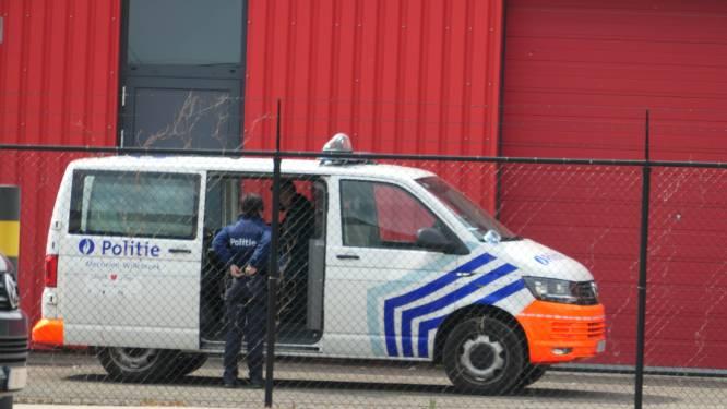 Politie onderzoek achtergelaten vaten met vloeistof