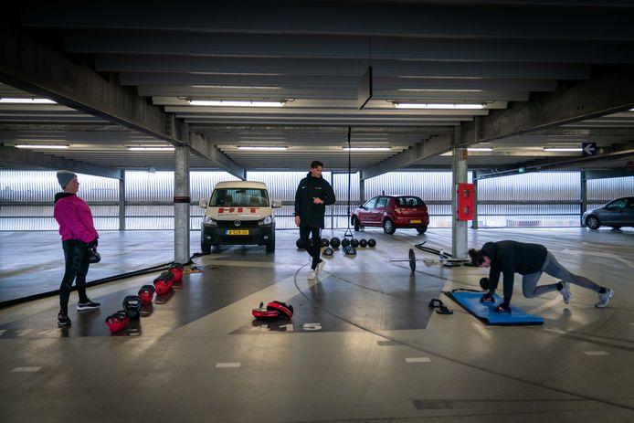 Sporten tijdens de lockdown in een parkeergarage.