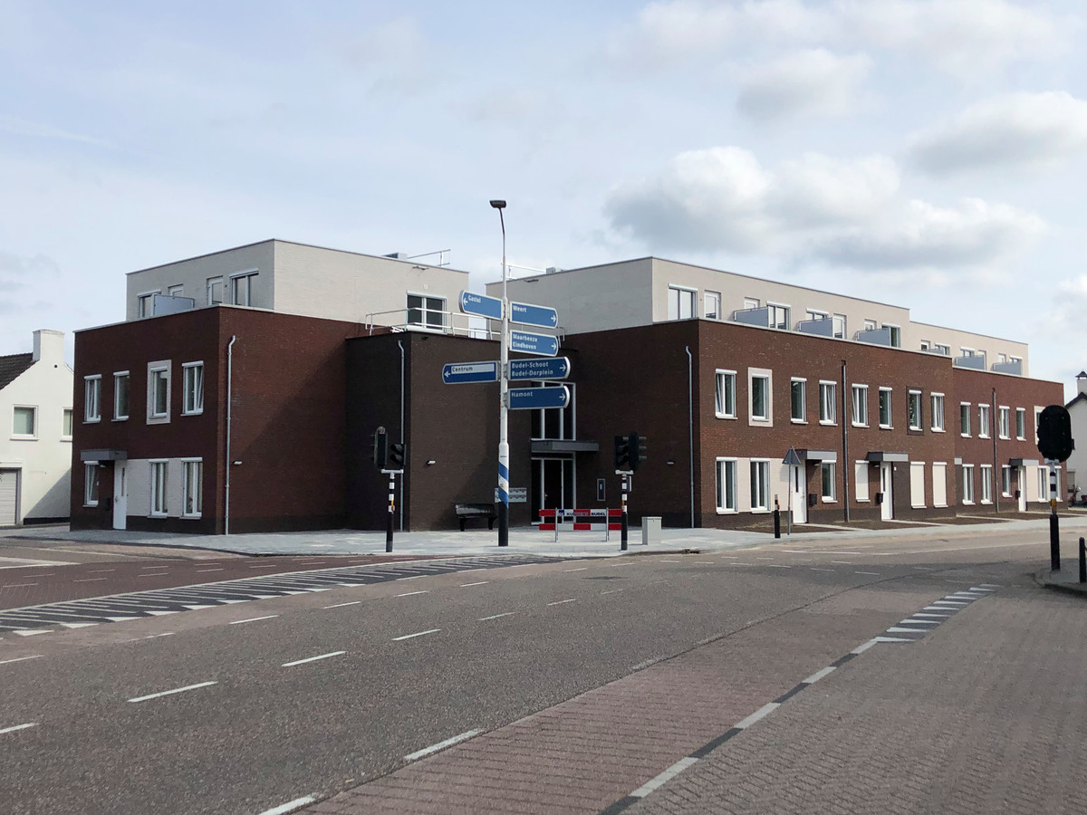Het wooncomplex bij het kruispunt Nieuwstraat-Burgemeester van Houtstraat in het centrum van Budel met vijftien sociale huurwoningen.