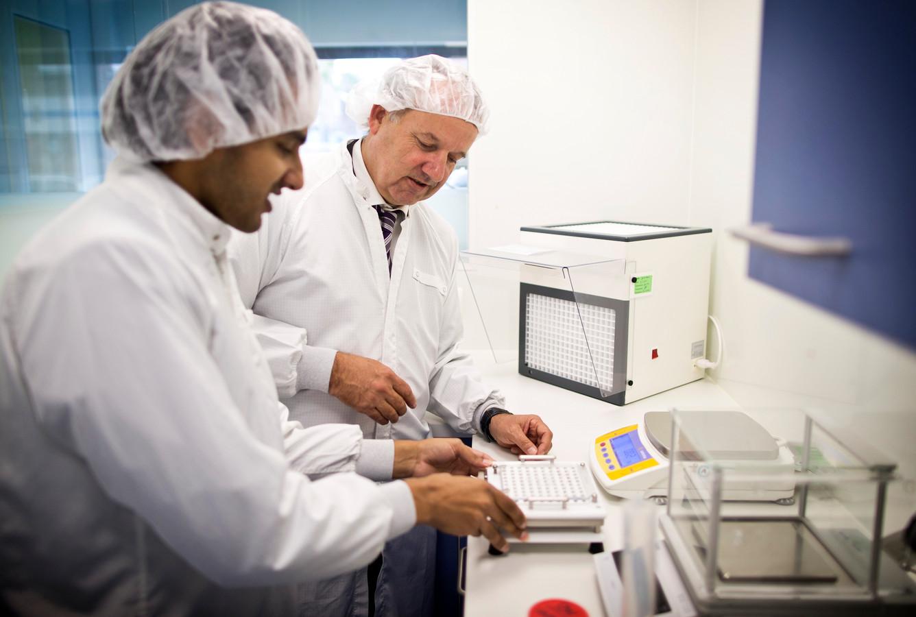 Paul Lebbink (rechts) is een van de weinige nog zelfbereidende apothekers. In een speciale ruimte 'draait' hij nog zelf pillen voor zijn cliënten.