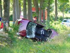 Auto knalt tegen boom en eindigt in sloot in Lettele, bestuurder zwaargewond naar ziekenhuis