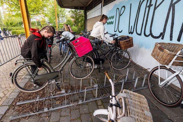 leerlingen van danscreatie zetten hun fietsen achter hekken, de afgelopen periode worden er regelmatig leeg gelopen banden aangetroffen.