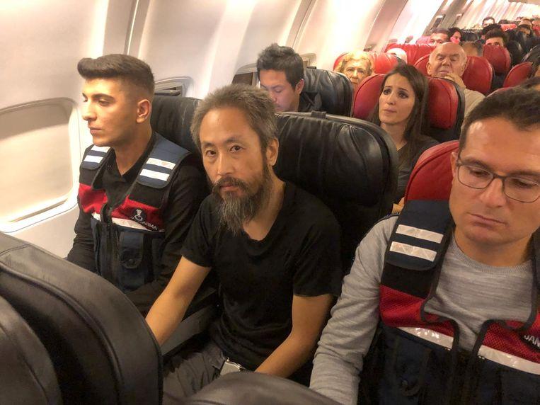 Jumpei Yasuda zat gisteren op het vliegtuig van Antiochië naar Istanbul, waar hij later vandaag een vlucht naar Tokio neemt. Beeld REUTERS