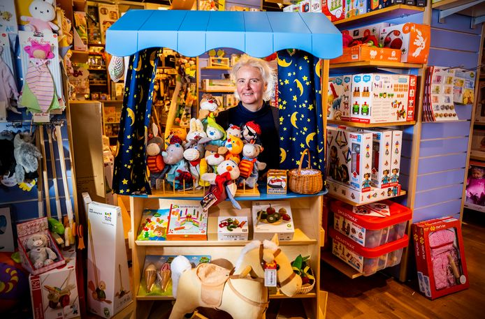 Liesbet Vayssier in haar speelgoedzaak Carrabas in Rotterdam.